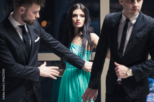 Fotografía  Beautiful female celebrity with bodyguards