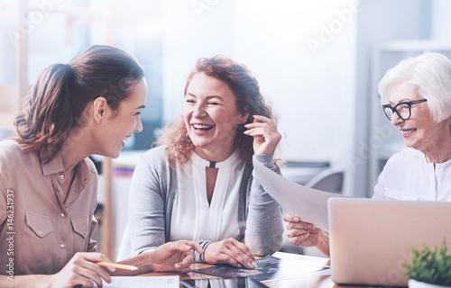 Fotografía  Happy women working in the office