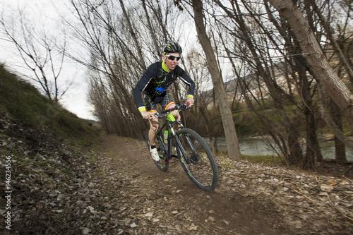 Foto op Aluminium Fietsen Cyclist man riding mountain bike on mountain.