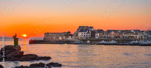 Valokuvatapetti Coucher de soleil sur Concarneau en Bretagne avec la port de plaisance - Sunset