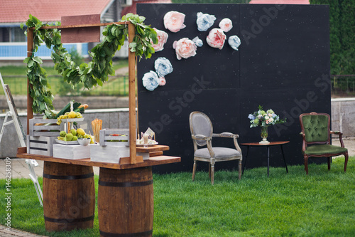 Fototapety, obrazy: Blue and pink paper flowers put on black wall on place for photos