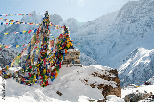 Spoed Fotobehang Nepal Annapurna Base Camp i buddyjskie flagi modlitewne