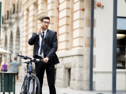 Keuken foto achterwand New York Young businessmen with a bike