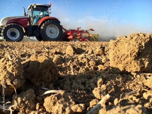 Traktor am trockenen Feld