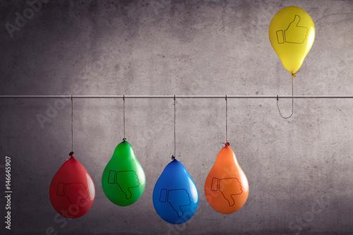 Fotografía  Ein Luftballon der aus einer Gruppe heraussticht