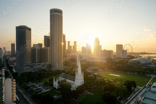 Photo  Sunrise at Singapore business district skyline and Singapore skyscraper with St