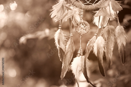 nieostrosc-na-dream-catcher-z-naturalnego-tla-w-stylu-sepia-native-american-dream-catcher-boho-chic-etniczny-amulet