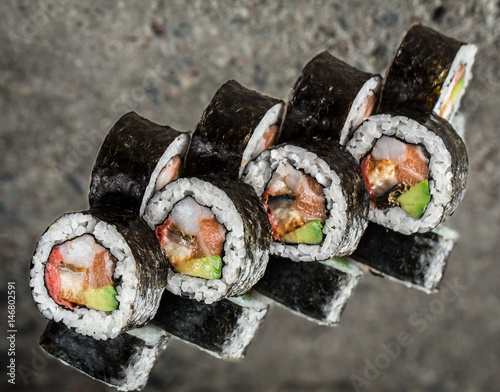 Fotomural  Sushi roll with salmon, shrimps and avocado
