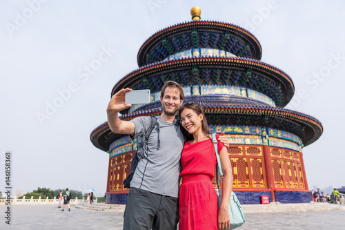Αφίσα  Happy couple travelers taking selfie picture together at temple of heaven during china summer travel