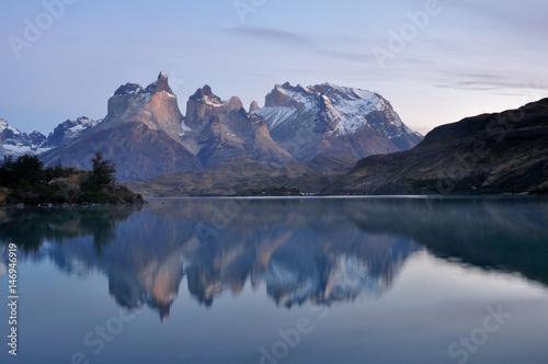 Fotobehang Bergen Torres del Paine spiegeln sich im Lago Pehoe, Patagonien, Chile
