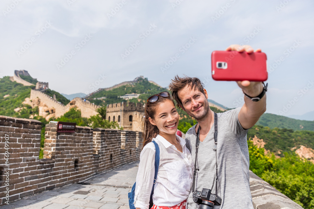 Αφίσα  Happy couple tourists taking selfie picture at Great wall of china, top worldwide tourist destination