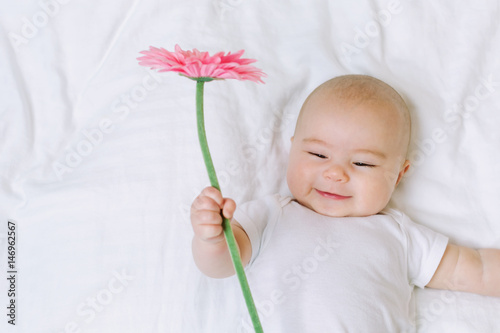 Photo  Baby girl holding a flower