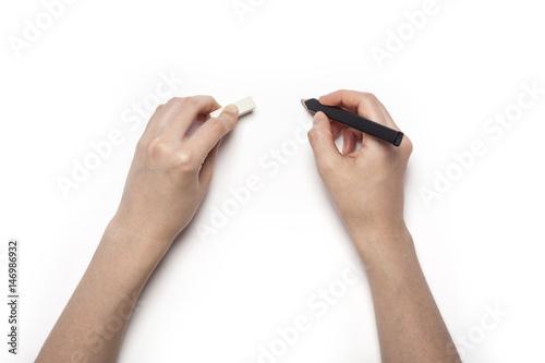 Zdjęcie XXL kobieta ręka trzymać ołówek, napisać coś na białym tle.