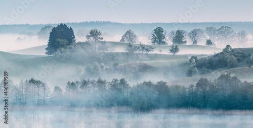 Obraz mglisty poranek na Warmii - fototapety do salonu