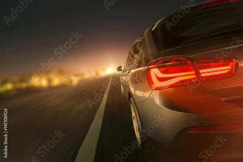 Plakat szybki samochód w nocy