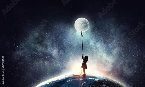 Pinturas sobre lienzo  Kid girl catching moon