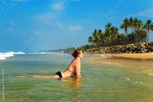 Poster Lieu connus d Asie Beautiful young woman on a tropical beach.