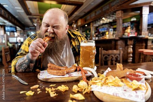 Cuadros en Lienzo Man eating in a restaurant