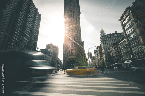 Staande foto New York TAXI Flat Iron Building in the Morning Sun - New York