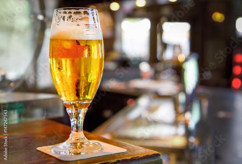 bicchiere di birra servita in un pub Wallpaper Mural
