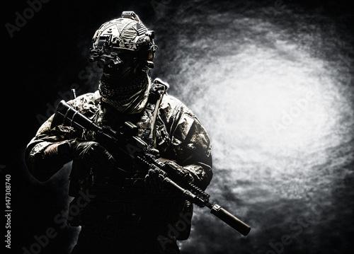zolnierz-armii-w-mundurach-bojowych-z-atakiem
