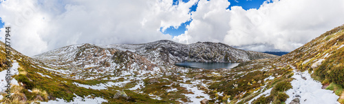 Foto auf Gartenposter Gebirge Beautiful Panorama of Blue Lake and snow covered mountains. Kosciuszko National Park, Australia