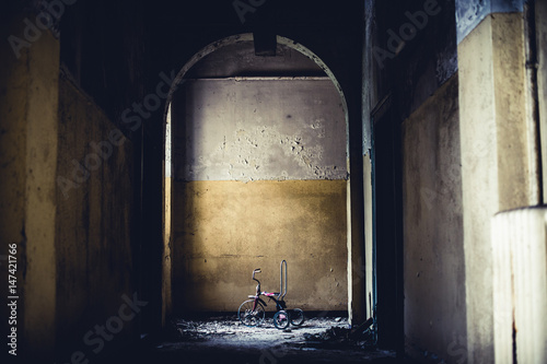 abandoned vintage tricycle - objects and places lost in time Fototapet