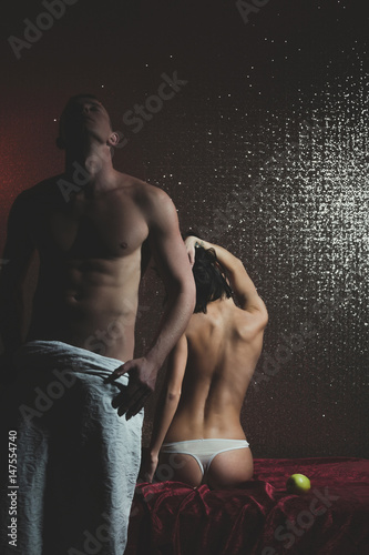 Plakat para muskularny mężczyzna i całkiem seksowna kobieta z jabłkiem