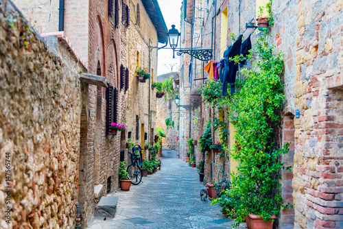 Fototapeten Schmale Gasse Alleys and small stone roads in the Renaissance city of Colle Val d'Elsa in the province of Siena, Tuscany