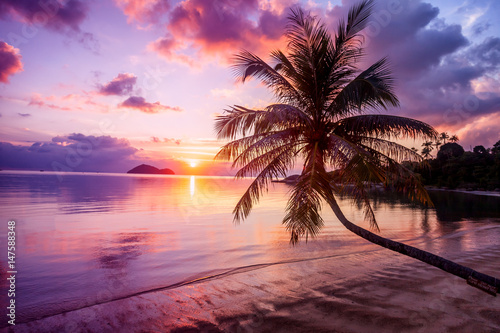 Fototapeta Beautiful bright sunset on a tropical paradise beach obraz