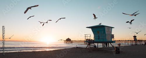 Foto beautiful sunset with seagulls, Lifeguard, Huntington Beach, California