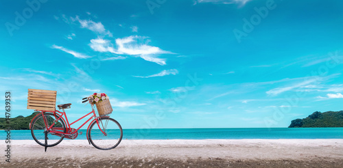 Türaufkleber Fahrrad Red vintage bicycle on white sand beach over blue sea and clear blue sky background, spring or summer holiday vacation concept.