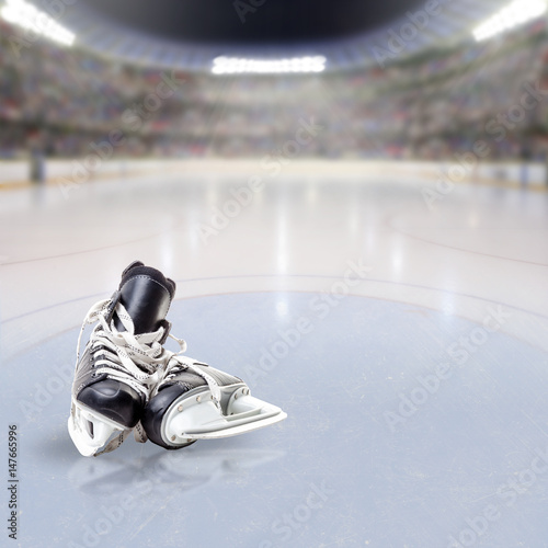 Plakat Hokejowe łyżwy na Lodowej Zatłoczonej Arenie