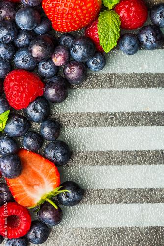 odmiana-swiezych-jagod-takich-jak-jagody-maliny-i-truskawki