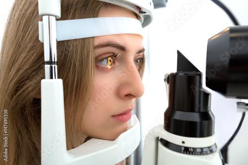 Fotografía  young woman during eyes examination