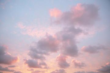 Nuvole colorate rosa azzurre sul mare al tramonto