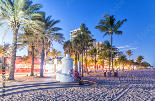 Valokuvatapetti FORT LAUDERDALE, FL - JANUARY 2016: Promenade along the ocean at night