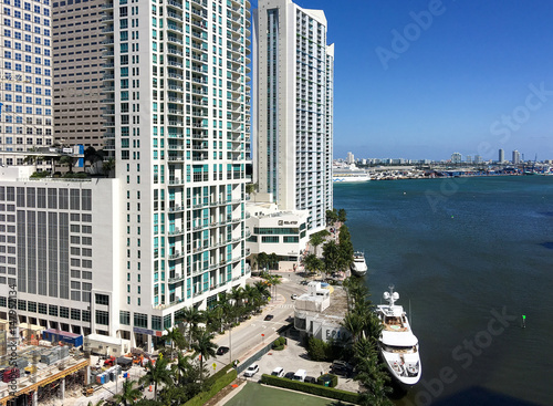 Poster Pekin MIAMI, FL - FEBRUARY 2016: Panoramic view of Downtown. Miami attracts 15 million tourists annually