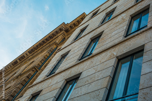 Photo old marble facade in aslant perspective