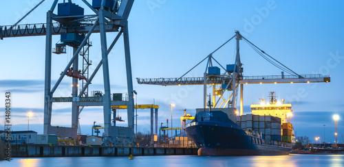 Plakat statki handlowe w porcie morskim