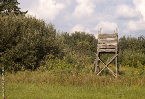 Fotobehang Jacht Hunting tower in the field for deer and boar game