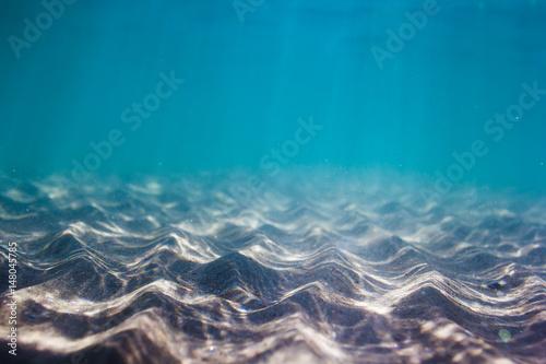 Stampa su Tela Pattern of sand in underwater. Blue water in ocean