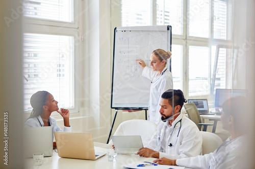 Photo  Ärztin bei einer Präsentation im Seminar