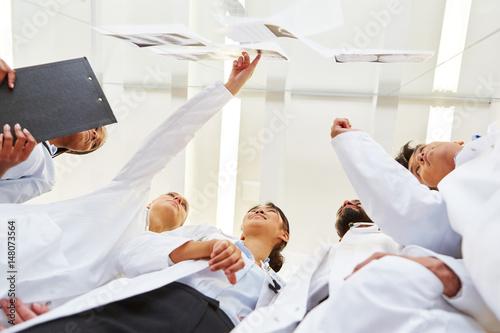 Photo  Ärzte in der Ausbildung besprechen Röntgenbilder
