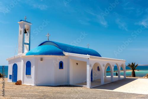 Foto White chapel on a shore near Aiya Napa, Cyprus.