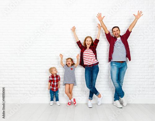 Plakat Szczęśliwa rodzina matka, ojciec, syn, córka na białej pustej ścianie