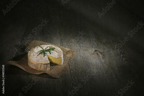 Valokuvatapetti camembert sur fond noir