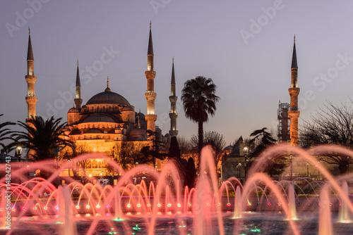 Fototapeta Fontanna na obszarze Sultanahmet w czasie wieczoru