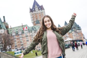 Scena grada Quebeca s Chateauom Frontenacom i mladim tinejdžerima koji uživaju u pogledu.