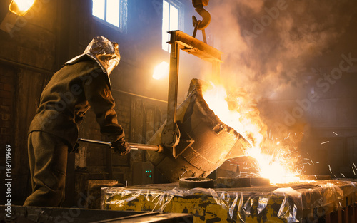 Fotomural Worker controlling metal melting in furnaces